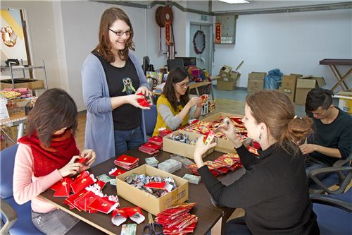 modes4u team packing the red envelopes together