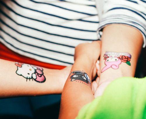 Besucher können ein kawaii Aufklebe-Tattoo mit ihren Lieblings-Charakter bekommen..