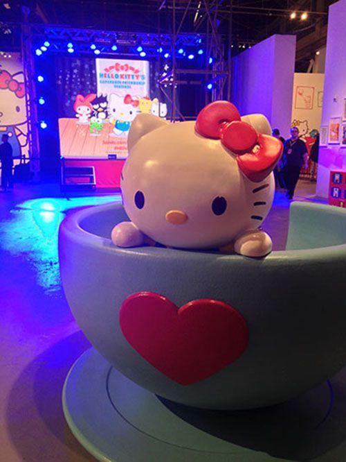 Dieses süße Kätzchen in der Tasse ist Teil einer größeren Ausstellung mit Kunst und Kino.