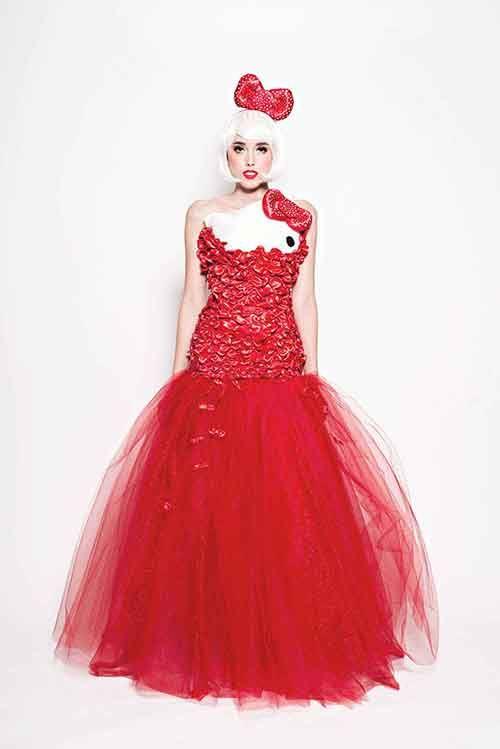 Hello Kitty sah noch nie so anmutig aus. Das graziöse Kleid hat einfach Charakter.