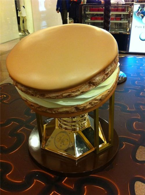 this huge macaroon looks a bit like a burger
